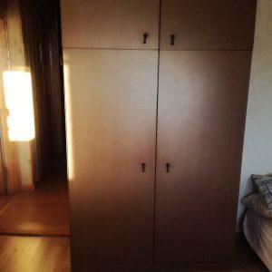Dviejų durų spinta su antresole.