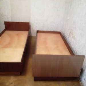 Dvi viengulės lovos be čiužinių ir be patalynės dėžių